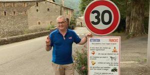 Regis Bourelly, maire de St André de Valeborgne, à côté de son panneau